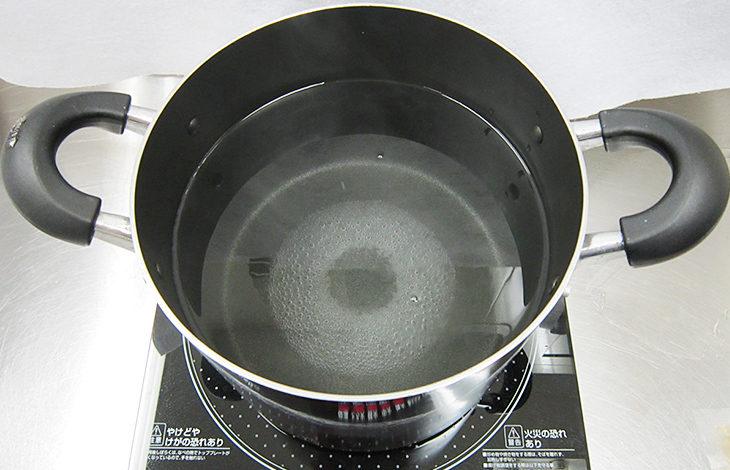 お湯を沸かした鍋